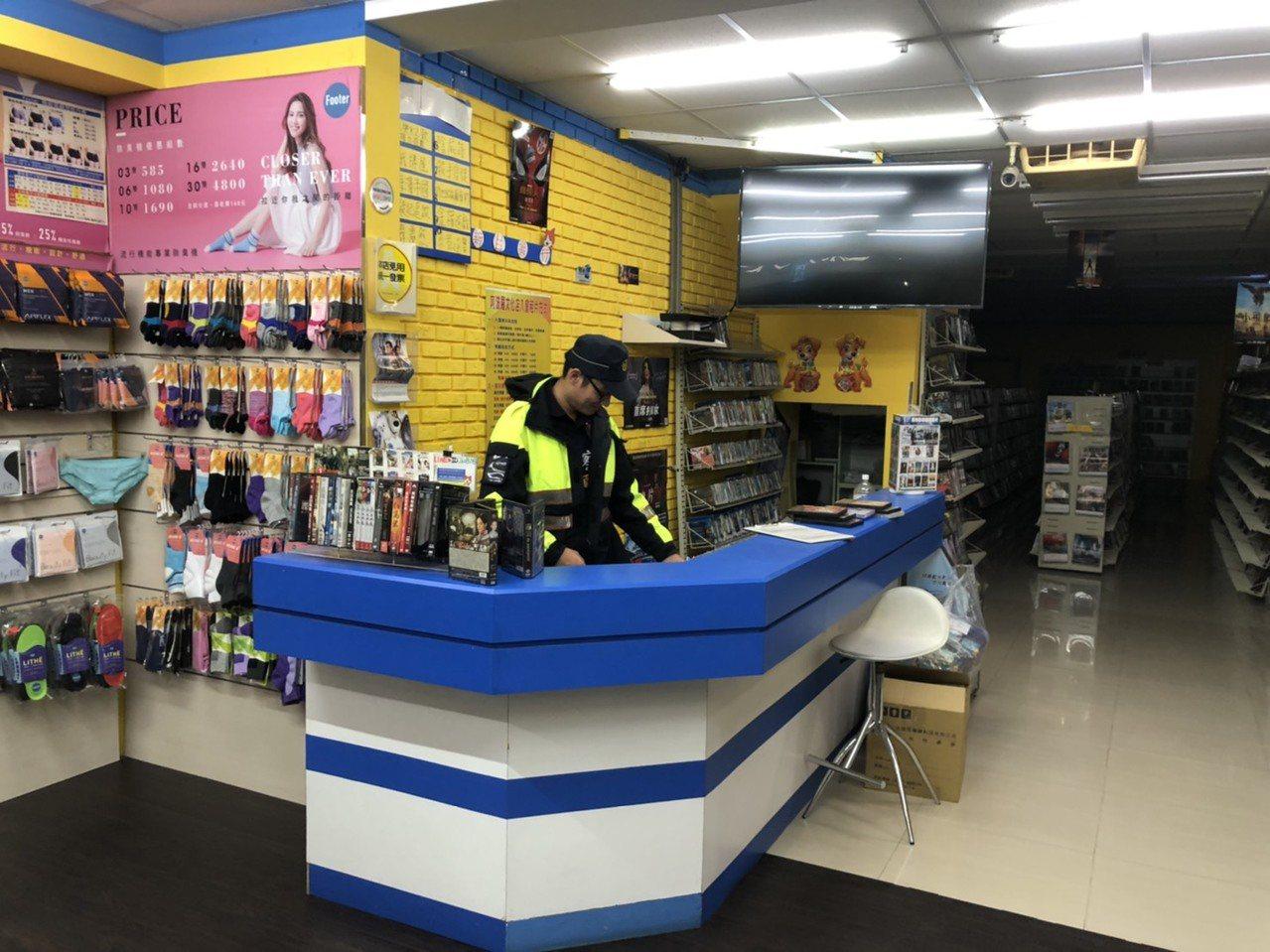 员警到场关心后,担心被宵小窃盗,干脆临时充当店员顾店,并协助联系老板娘回来关门。...