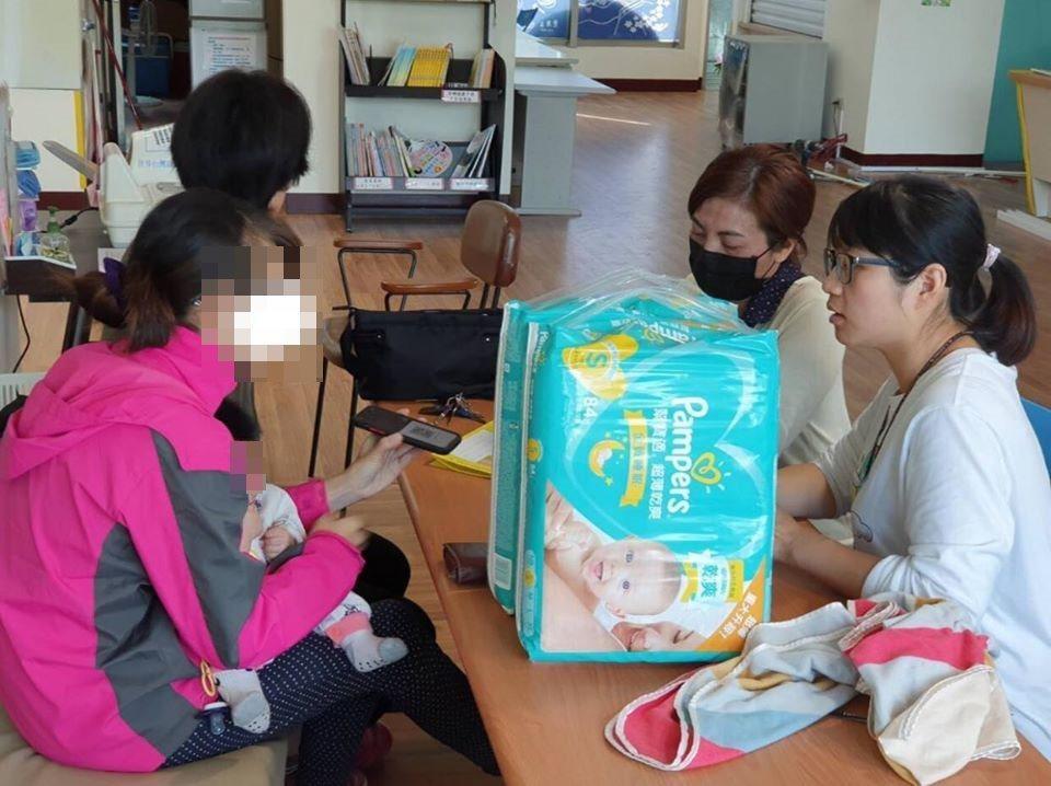 头份卫生所人员寻回妇人(左)和女婴,却发现女婴疑遭生父施暴。图/徐春仕提供