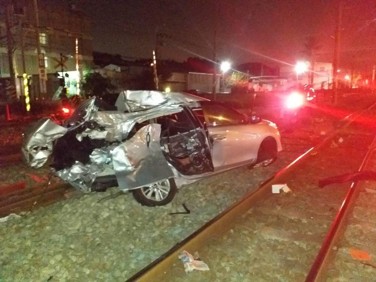 台铁149次今晚撞到一辆小客车。图/台铁提供