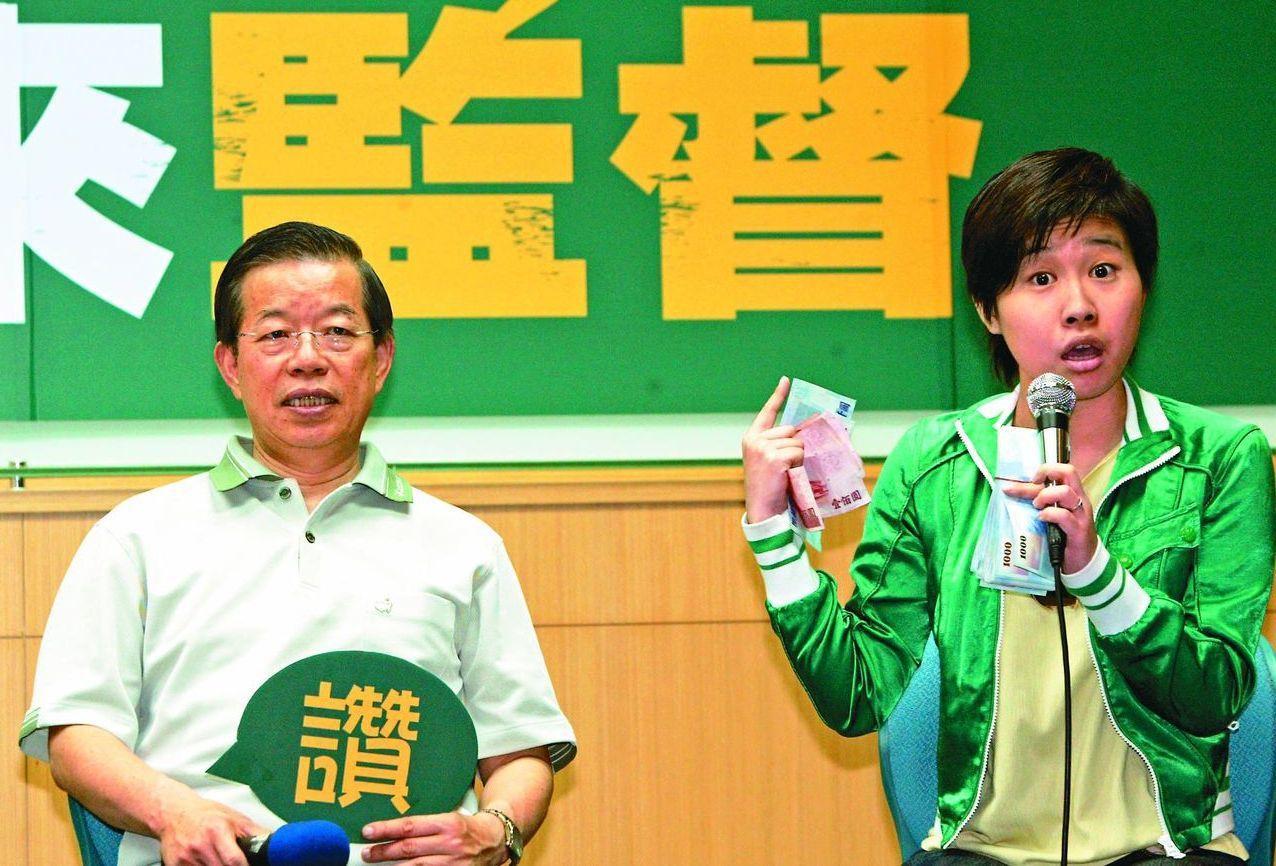 杨蕙如(右)养网军,牵扯出一长串政商网络,左为驻日代表谢长廷。图/联合报系资料照...
