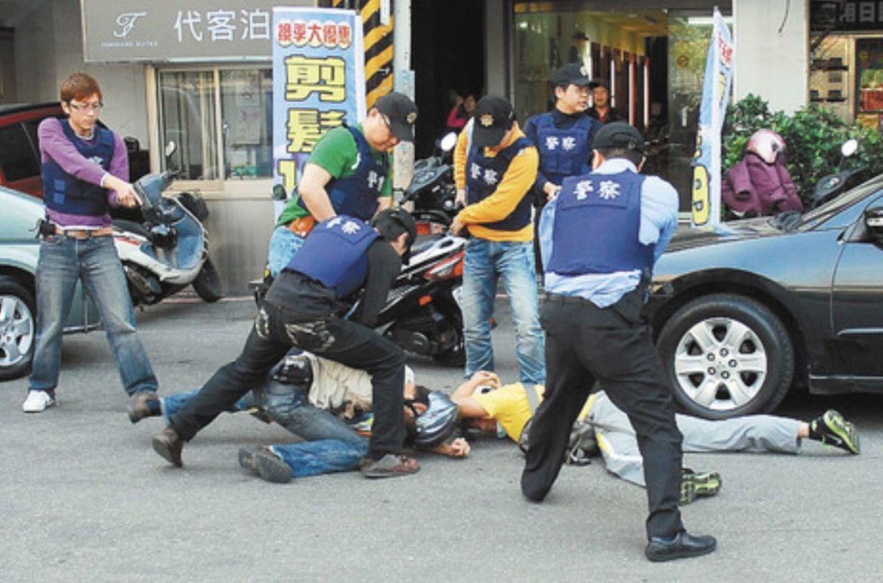 大批警力围捕假歹徒,有时因为太过逼真,吓得民众拨打电话报警。图/警方提供