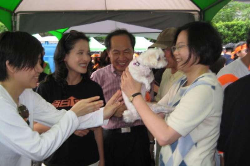 蔡英文曾被拍到她抱著杨蕙如的宠物狗,与杨聊天。(翻摄网络)