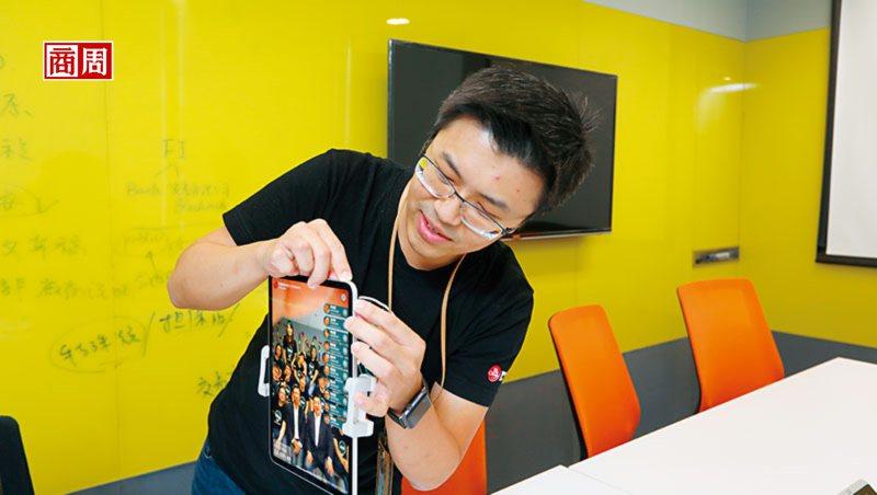 中信团队研发刷脸技术,抢先在金融科技展用刷脸支付、取餐、领钱让大家体验。(摄影者...