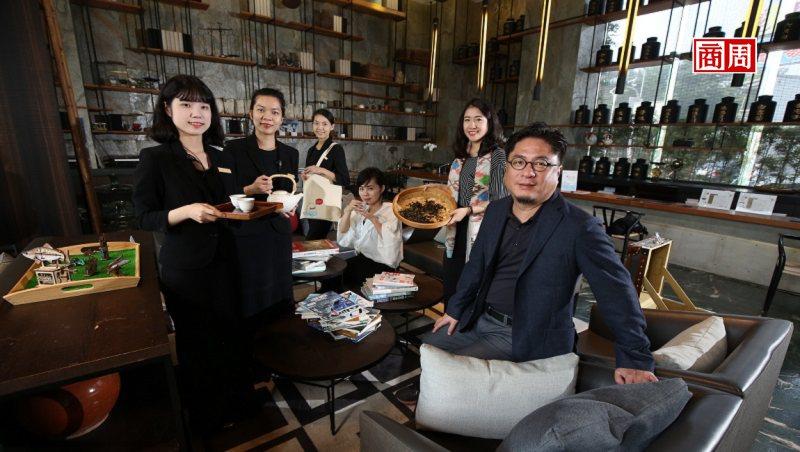 承亿文旅董事长戴俊郎(右1)将饭店结合在地文化,像嘉义有高山茶都之称,在地旅店便...