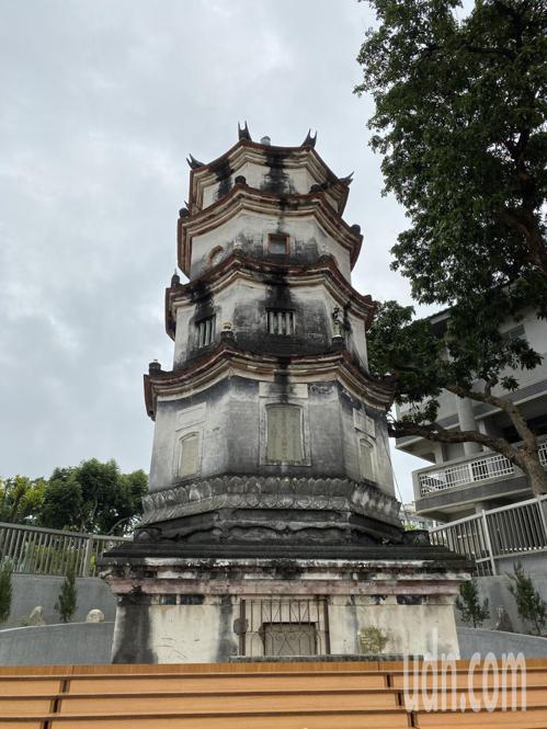 1672年创建的竹溪寺内,保留百年莲花宝塔(图)及山门等古建物。记者修瑞莹/摄影
