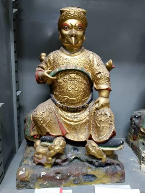 日治时期西来庵事件后日本人烧庙、毁神像,不过当时在庙内养猪的妇人抢救下8尊神像,...
