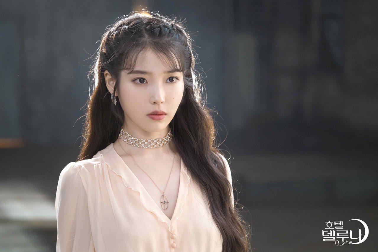 IU李知恩在「德鲁纳酒店」中饰演酒店女主人。图/八大提供