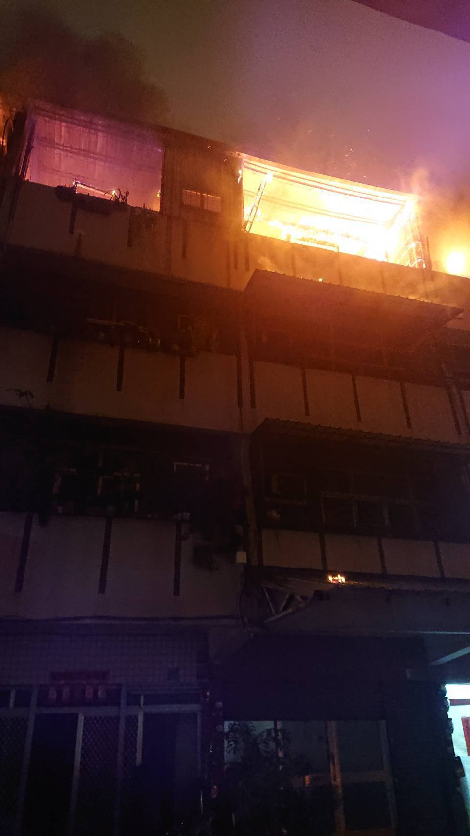 火势很快延烧4间加盖,消防人员布线出水入内灌救,所幸无人受困受伤,火势约30分钟...