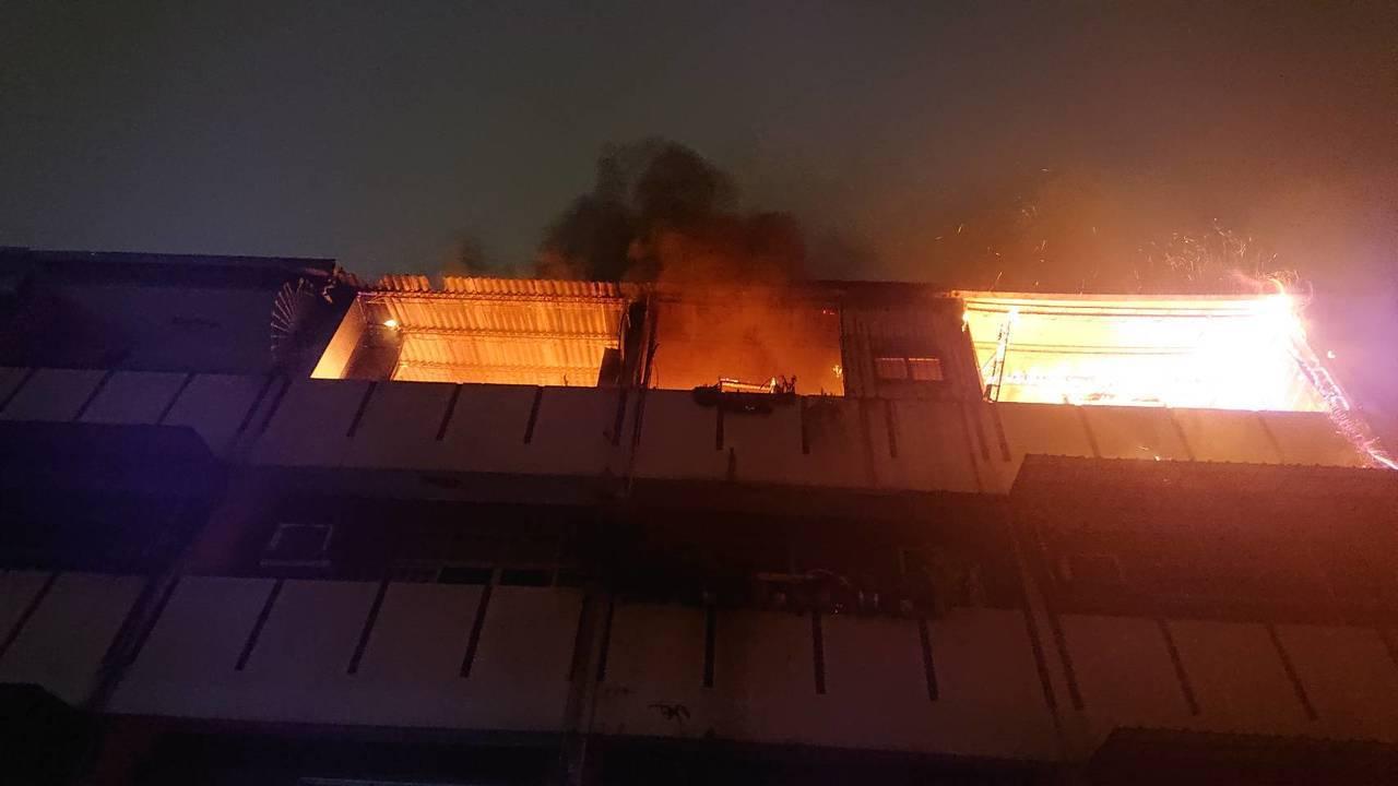 台南市北区西门路四段171巷20弄一连栋3楼钢筋混凝土建物4楼加盖,晚间冒出火烟...