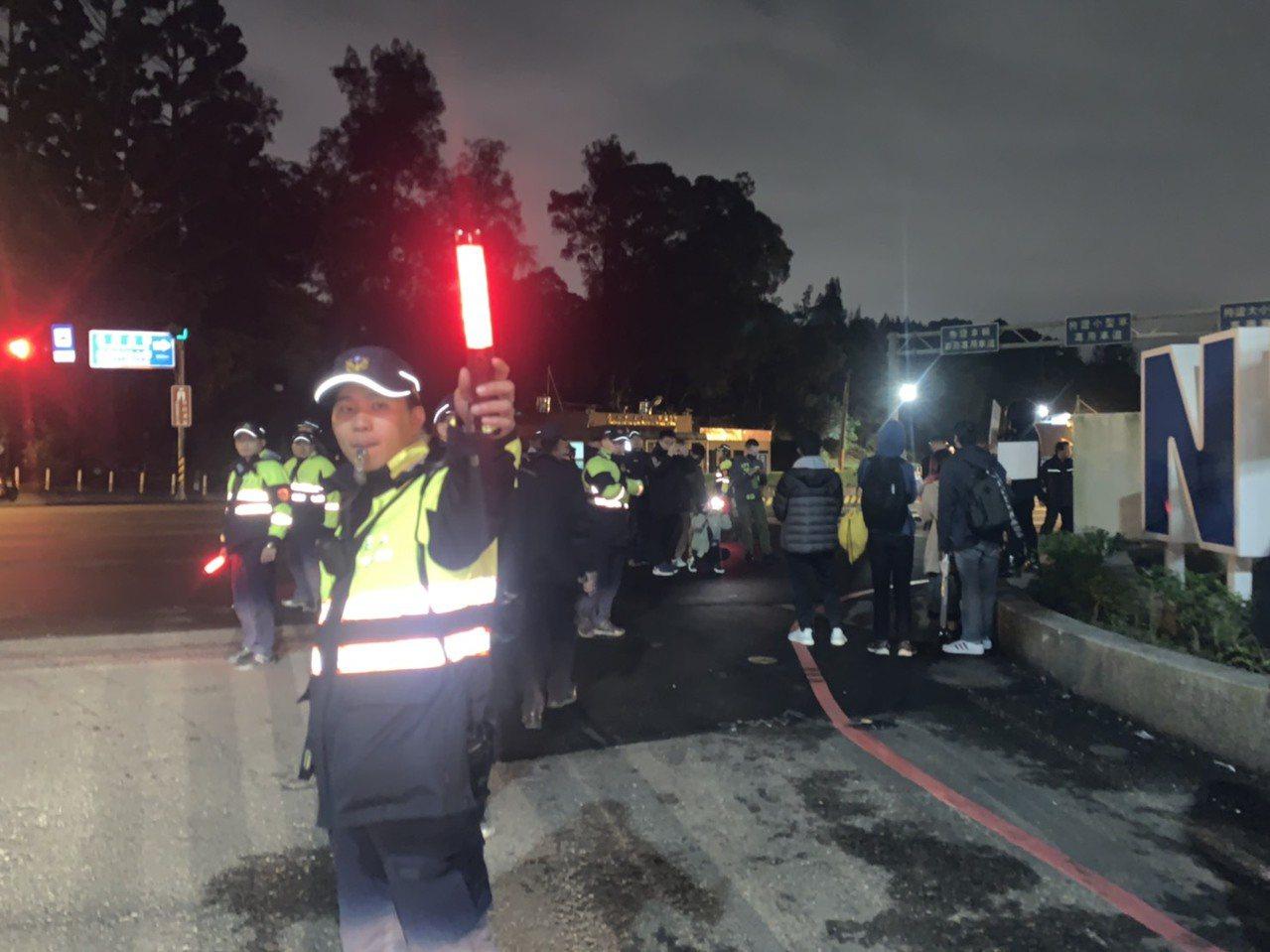 陈小春今晚在体育大学开唱,现场有10多名香港学生抗议,警方在低温中维安,勤务预计...