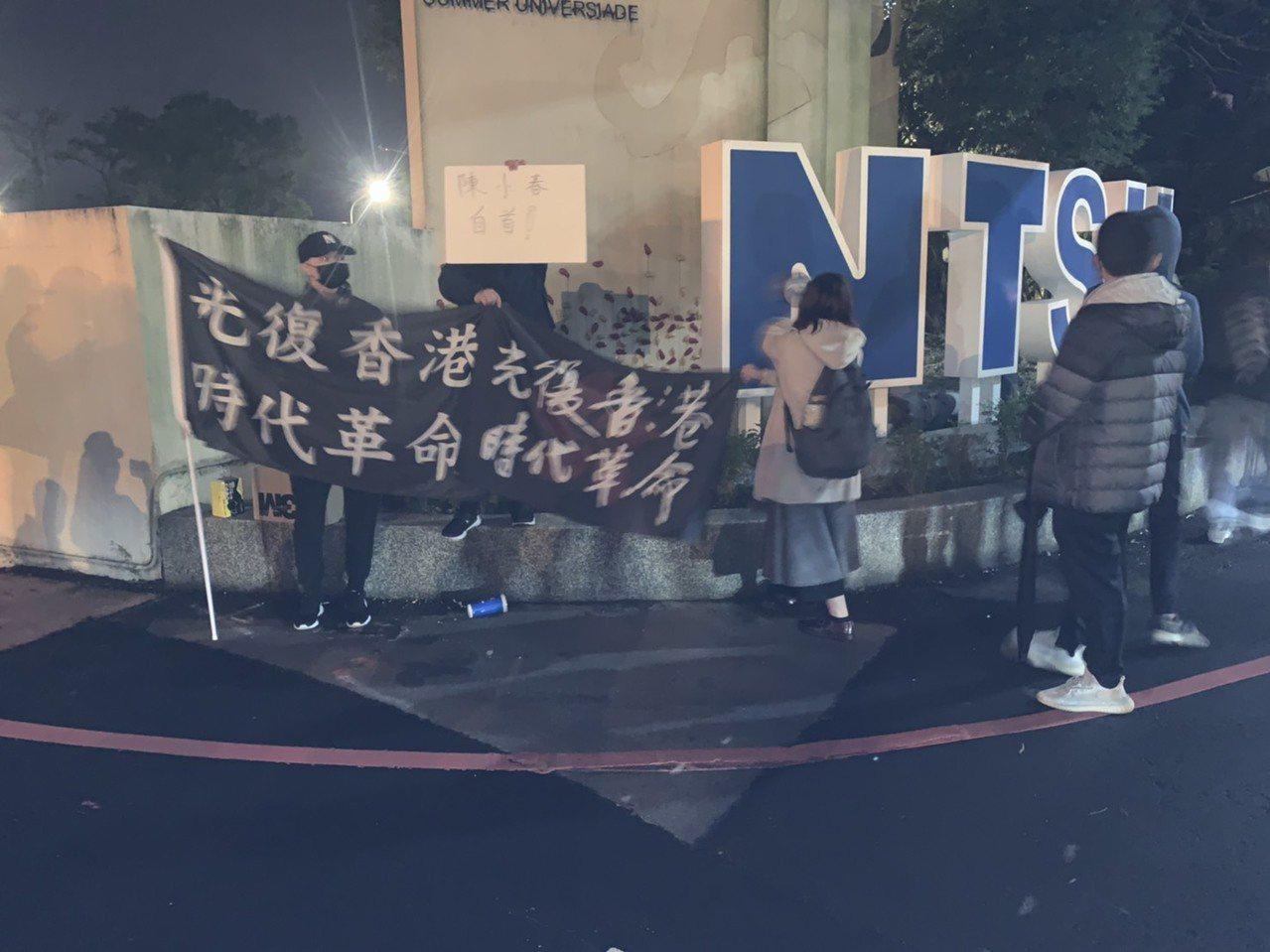 学生集中在校门口举著「光复香港 时代革命」布条,高呼口号表达抗议诉求,所幸未酿正...