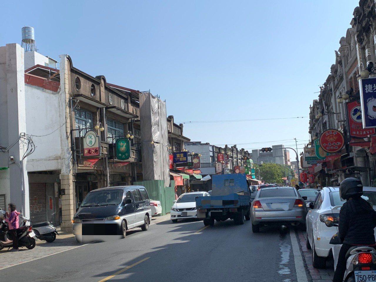 新化老街并排违规停车情形严重,警方加强取缔。记者吴淑玲/摄影