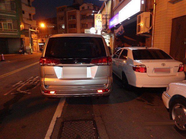 台南市区夜间,常可见并排违规停车。图/台南市交通大队提供