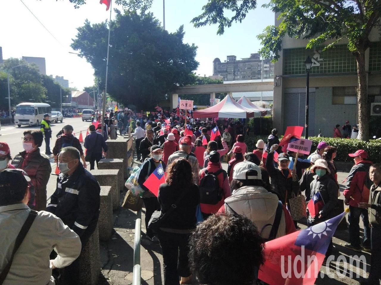 国民党总统候选人韩国瑜今在板桥第二运动场举办造势活动,场外形成国旗人龙。记者江婉...