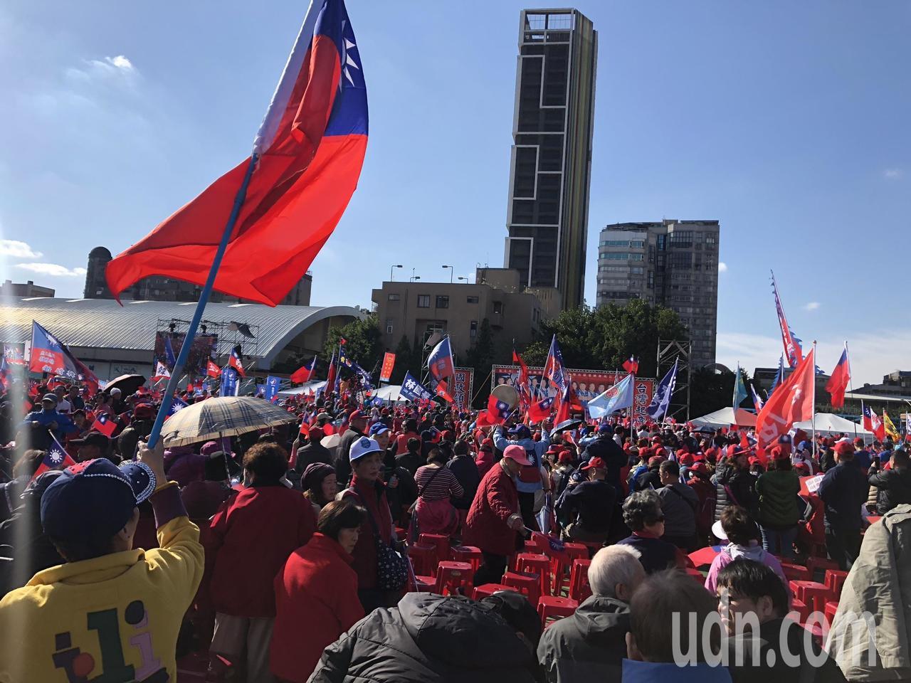 国民党总统候选人韩国瑜今在板桥第二运动场举办造势活动,现场已是飘扬满满的国旗。记...