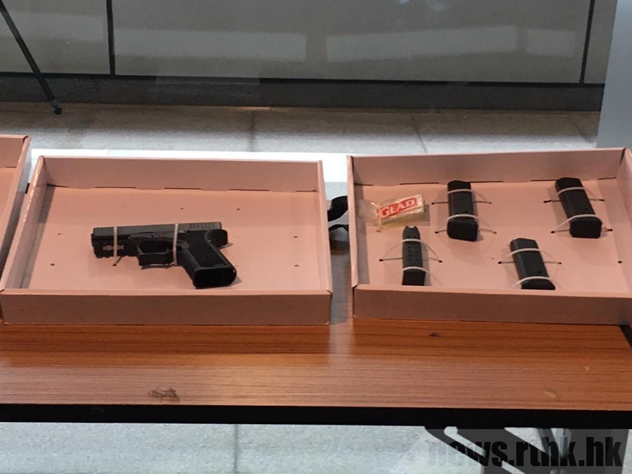游行前夕,港警突击查获半自动手枪等武器。取自官方香港电台