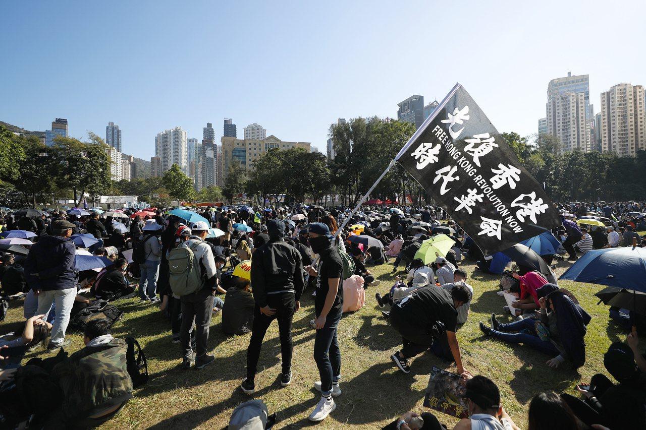 香港示威者在维园集合,下午2时55分起步出发。美联社