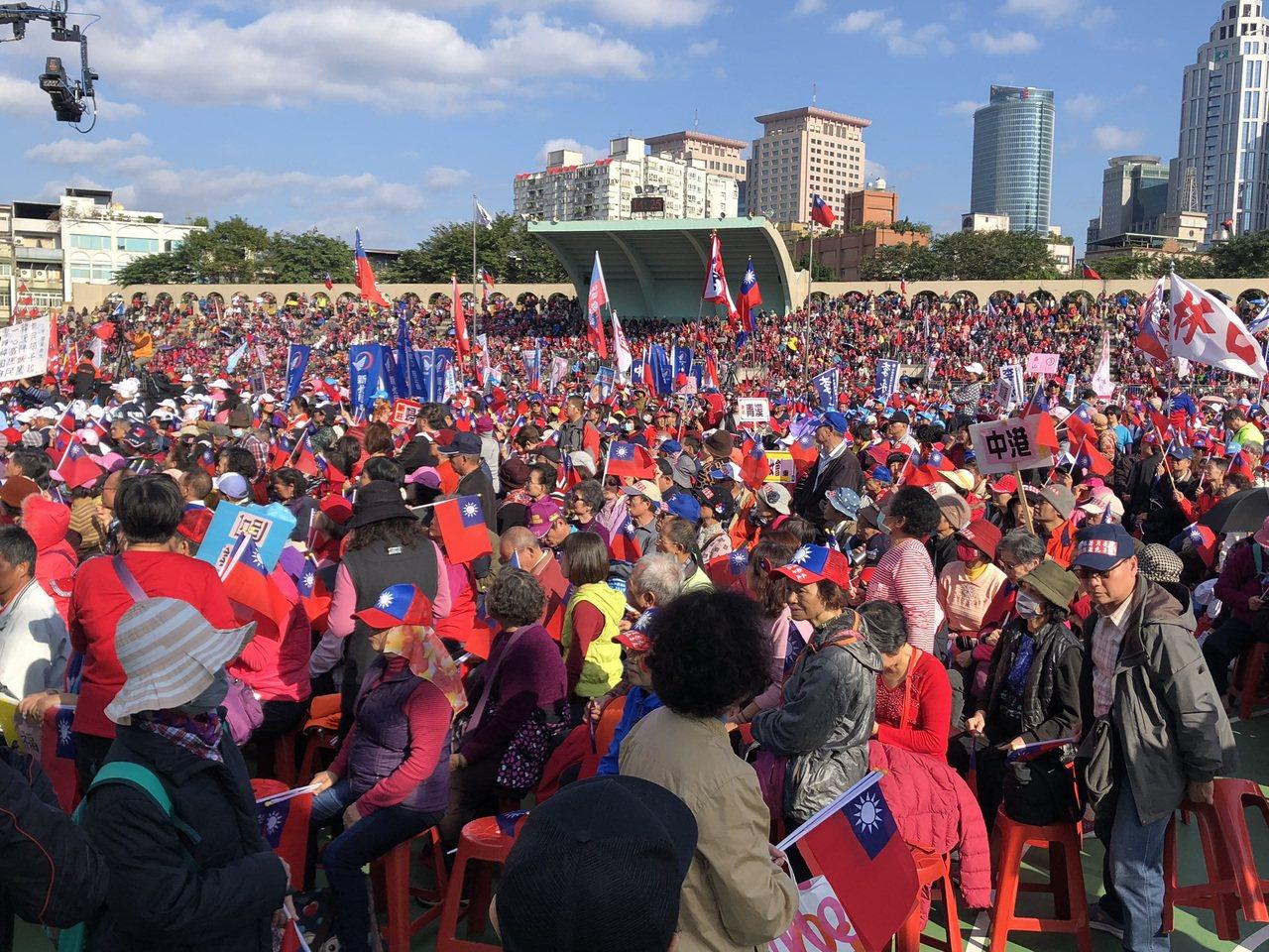 国民党总统候选人韩国瑜今在板桥第二运动场举办造势活动,主持人喊出现场超过6万人。...