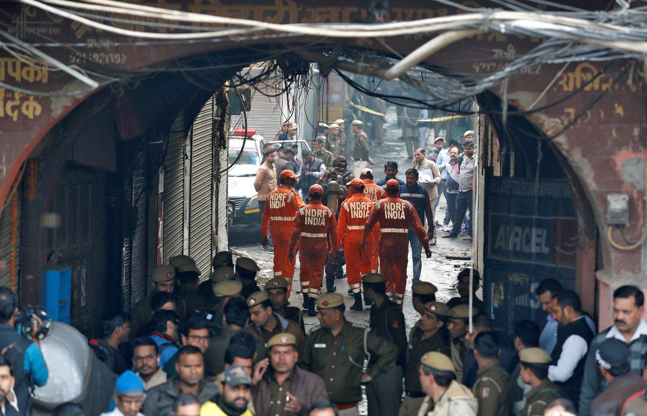 印度首都新德里一家工厂8日发生火灾,消防员赶往现场救火。(路透)