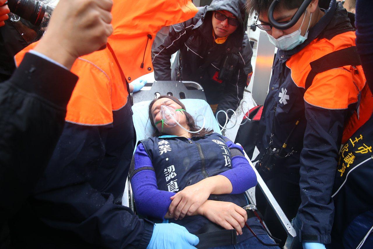 国民党立委陈玉珍日前至外交部抗议,被挡在大门外不得而入,与警方发生冲突,缺氧送医...
