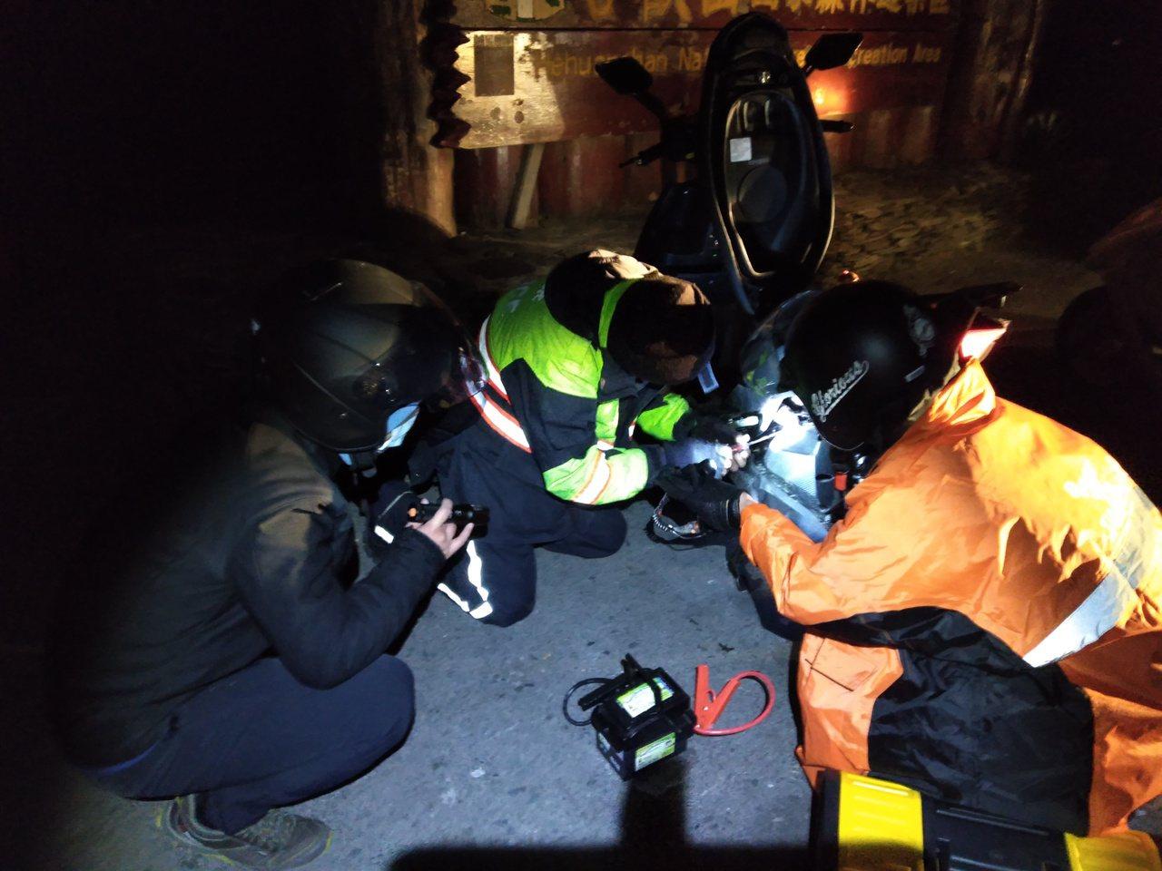 有5名大学生骑机车夜冲武岭赏雪,没想到机车不但发不动,其中一名学生还引发高山症。...