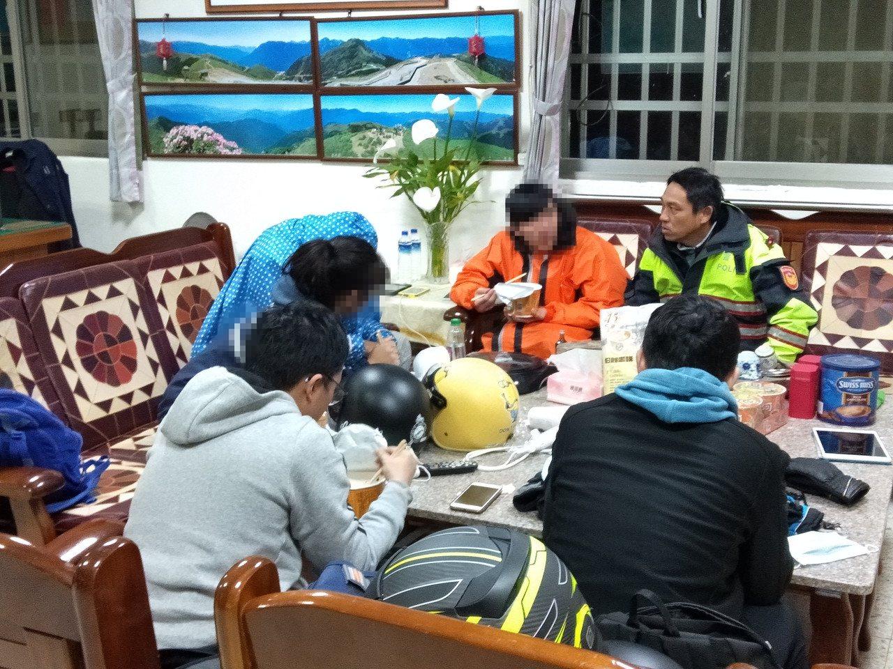5名大学生防寒装备不足,警方赶紧冲泡姜茶咖啡帮助身体回暖。图/新城警分局提供