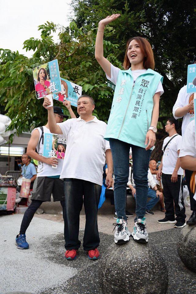 台湾民众党提名的李佳玲,把自己当行动看板,勤在街头拜票。图/李佳玲提供