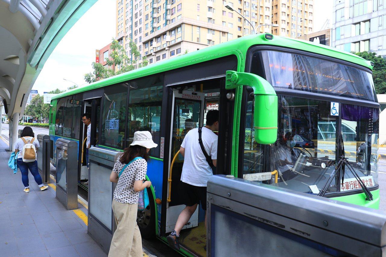 蓝绿议员质疑台中市公车优惠无差别补助,预算年年增加。市长卢秀燕表示,目前市库还能...