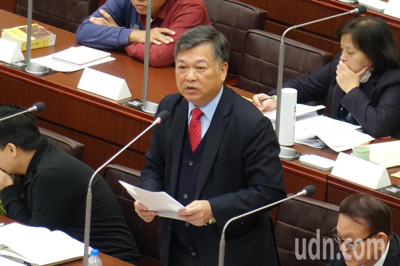 高雄银行董事长朱润逢到高雄市议会说明庆富案相关事项。记者杨濡嘉/摄影