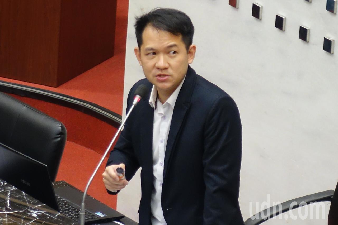 高雄市议会庆富案专案调查小组召集人林于凯做终结报告。记者杨濡嘉/摄影