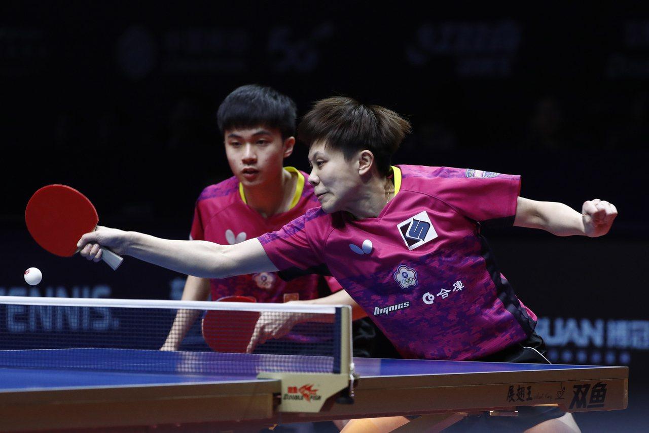 林昀儒(左)与郑怡静在桌球年终赛混双四强止步。 欧新社