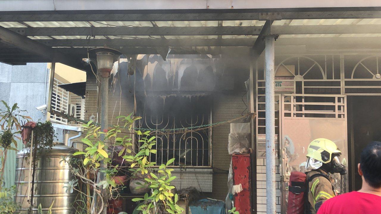 火烟从卧室冷气机处往外窜出,消防人员到场通知里长到场,但屋内无人回应,立即破门而...