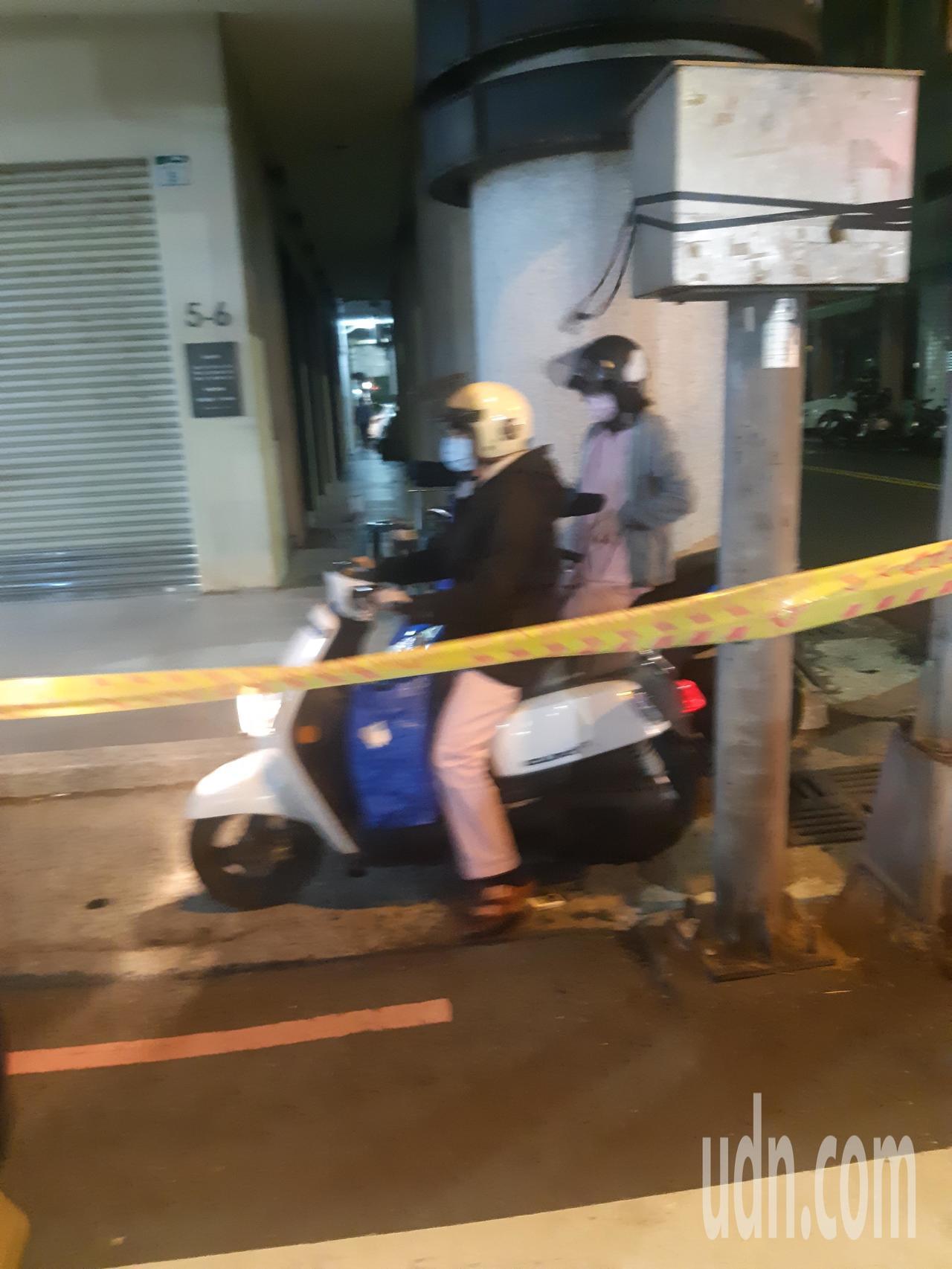 刚下班的牙医诊所护士赶紧骑车驶离封锁区域。记者赖郁薇/摄影