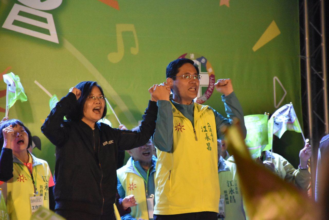 总统蔡英文今天晚上出席新北群英会中和场,在致词时承诺将在12月31日,一定通过反...