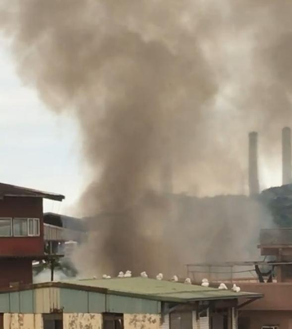 基隆中山二路空屋起火,火舌猛烈,起火原因可疑。图/读者提供
