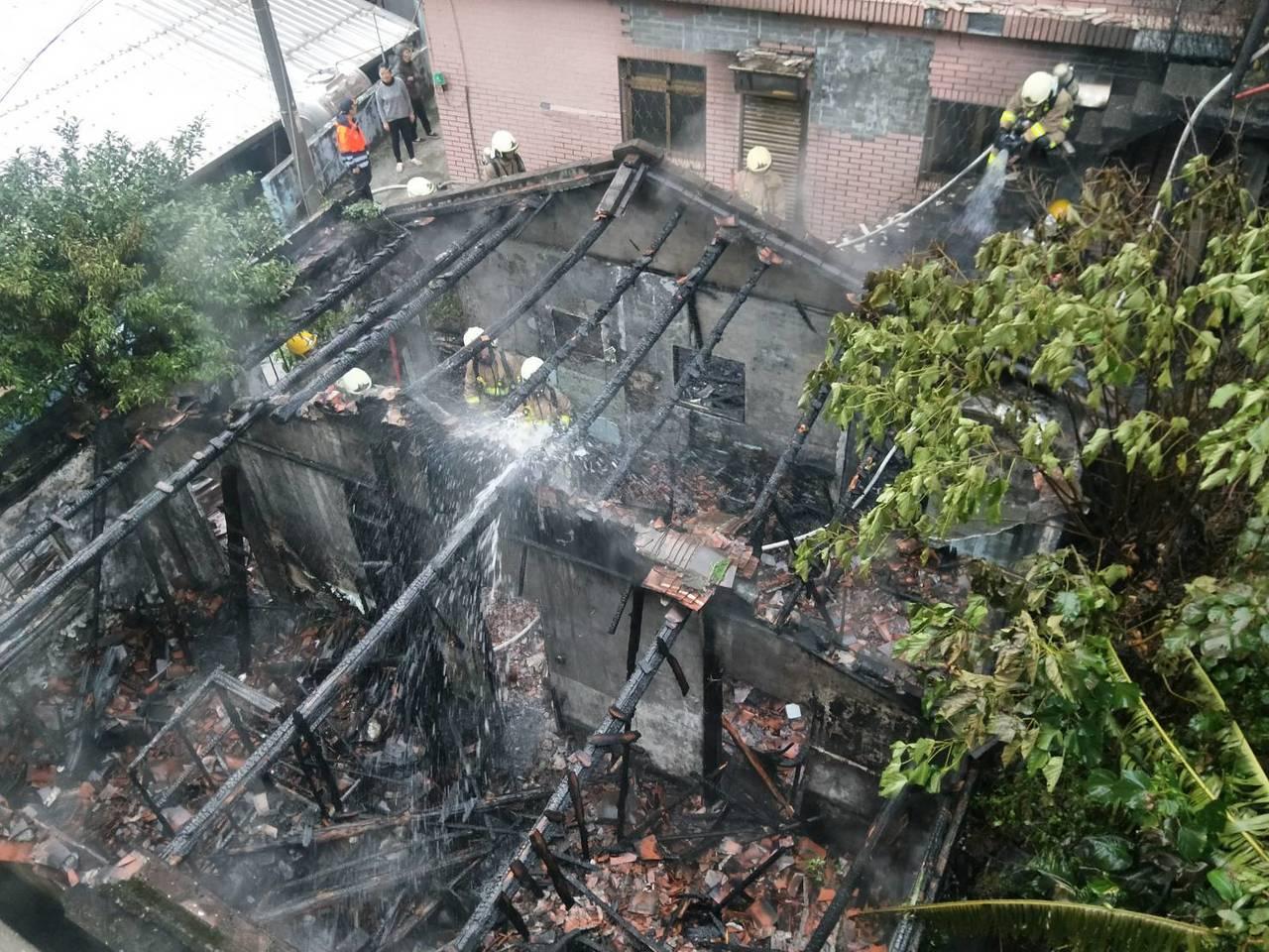 基隆中山二路空屋起火,火舌猛烈,起火原因可疑。记者游明煌/摄影