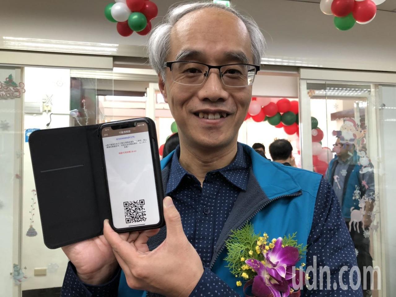 金门县文化局长许正芳秀出他的手机借书证,直说他也很爱借书。记者蔡家蓁/摄影