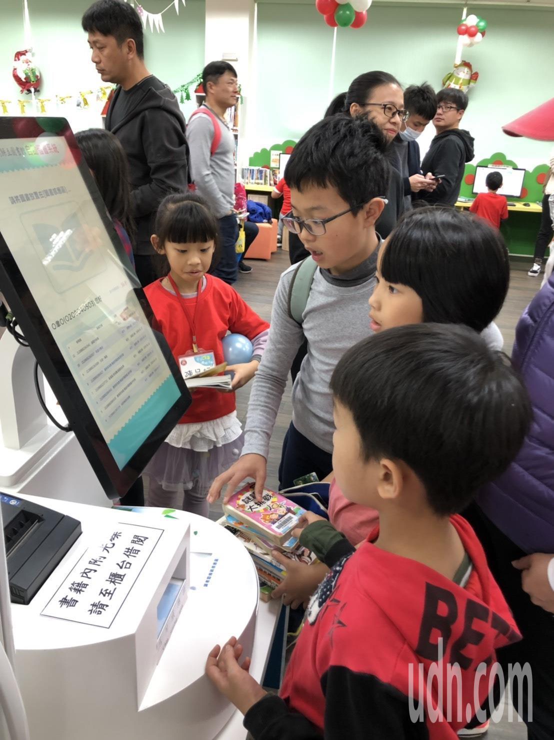 金门县立图书馆有自助借书机,小朋友抢先体验。记者蔡家蓁/摄影