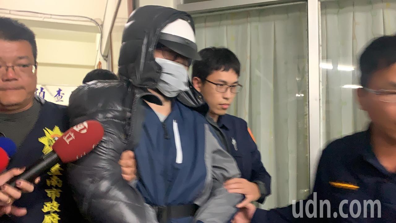 曾姓嫌犯移送台南地检时,呛记者「关你什么事」。记得吴淑玲/摄影