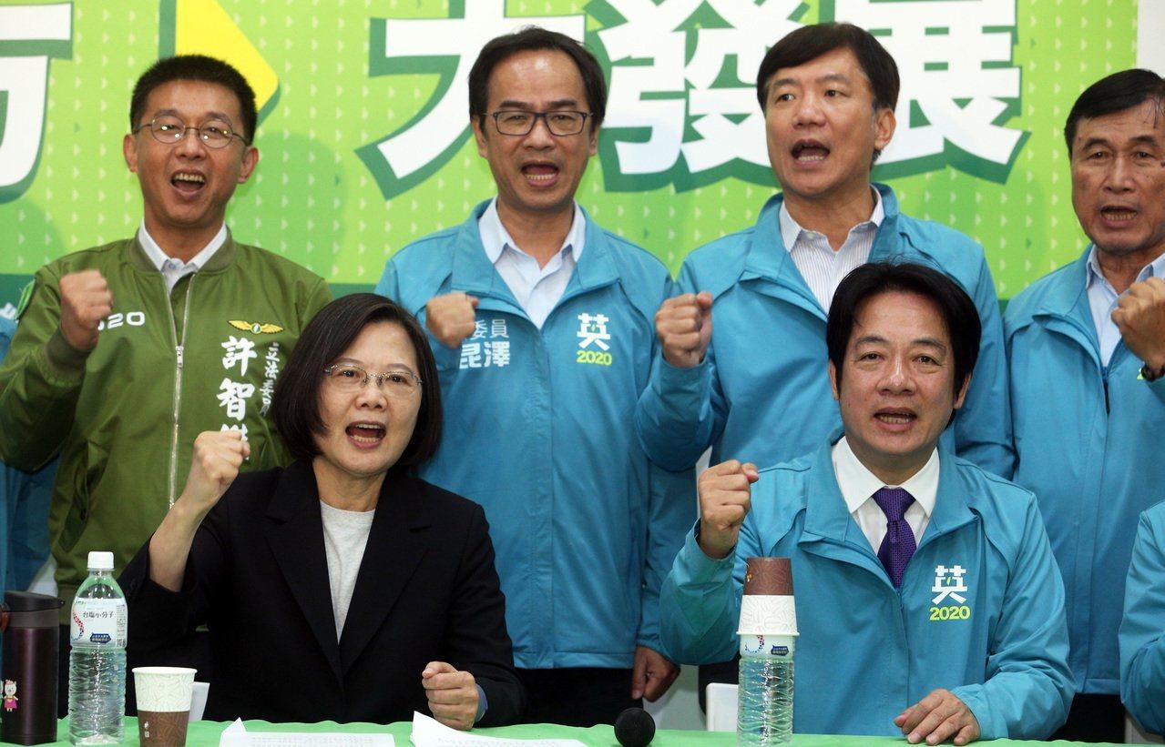 民进党正副总统候选人蔡英文、赖清德14日在高雄宣布「大南方、大发展—南台湾发展计...