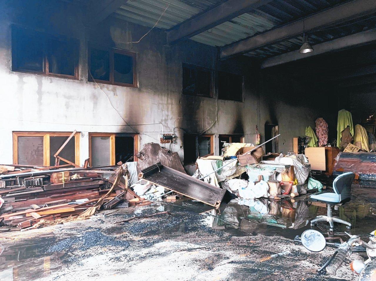 台南真理家族前辈堂昨遭纵火,起火点是在共同客厅一楼往二楼楼梯间,死伤严重。 记者...