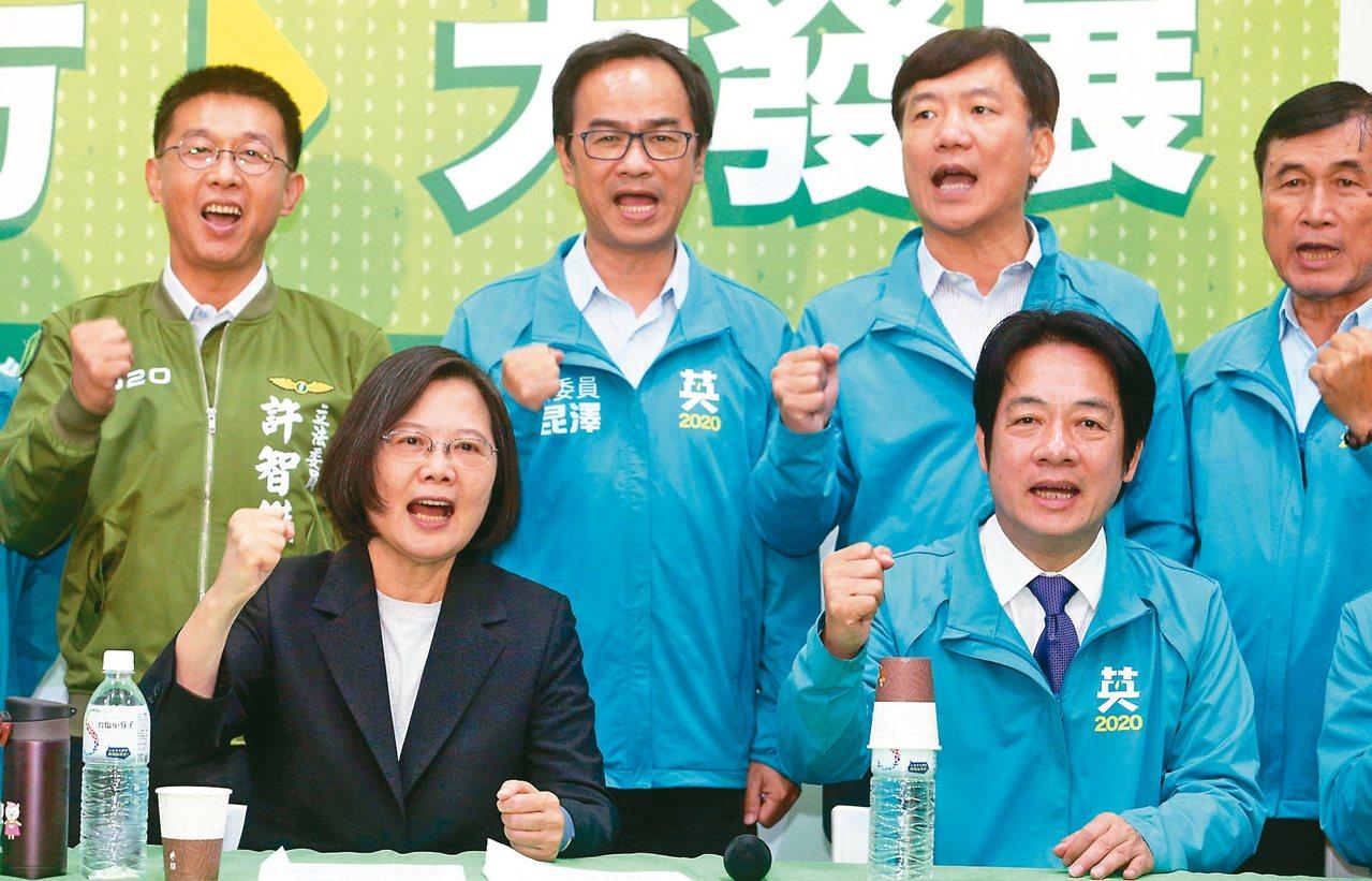 民进党正副总统候选人蔡英文(前排左)、赖清德(前排右)昨天在高雄合体,宣布「大南...