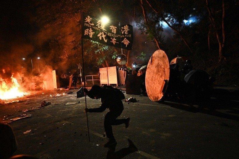 面对香港警察朝手无寸铁的青年近距离开枪,现实里的恶,比我们以为的还要太多
