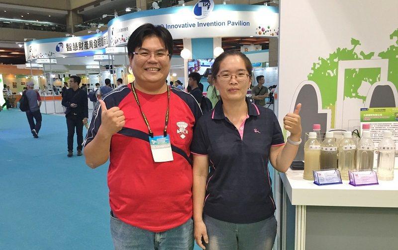 許焌騰(左)與傅湘楹夫妻檔創辦愛綠淨科技,今年受邀在台北國際發明展的「中小企業館...