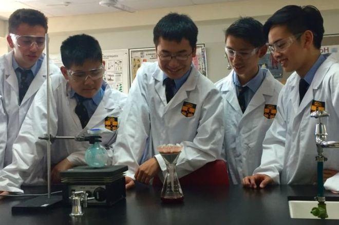 澳洲學生在學校實驗室合成活性成分「乙胺嘧啶」,成功做出抗愛滋藥。(圖/翻攝自英國...