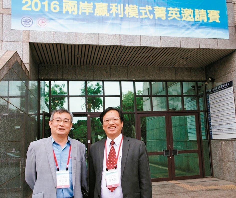 交大管理學院院長胡均立(左)及EMBA執行長巫木誠。 吳佳汾/攝影
