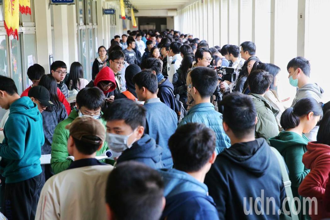 今年學測預計有13萬名考生上考場。