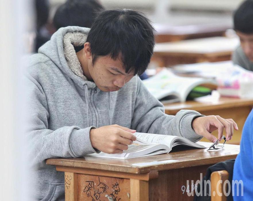 考生在考場做最後溫習。