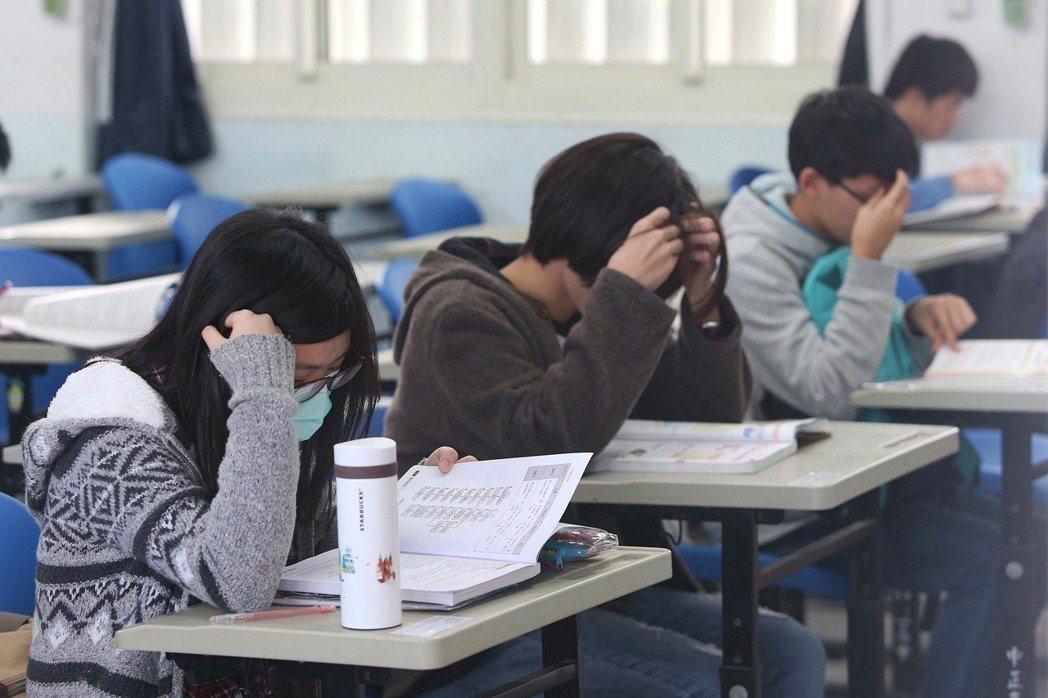 107學年度大學入學考試學科能力測驗26日登場,考生在試場內溫書。