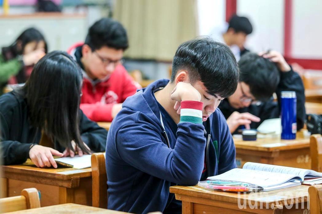 考生把握最後時間在考場溫習功課。